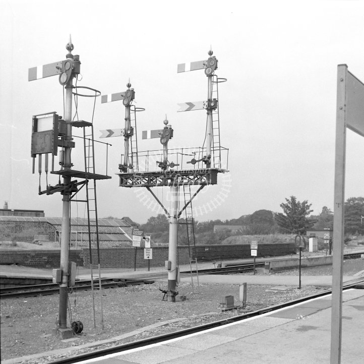British Rail Location View  at Worcester Shrub Hill  in 1990 - GWR signals -  12/09/1990 - Horace Gamble