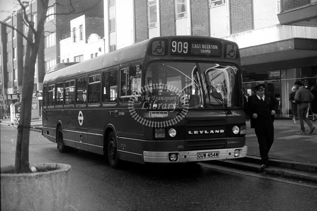 London Transport Leyland National LS LS454 GUW454W  on route 909  in 1980s - JGS Smith