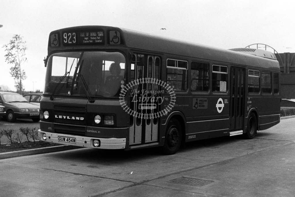 London Transport Leyland National LS454 GUW545W  on route 923  in  - JGS Smith