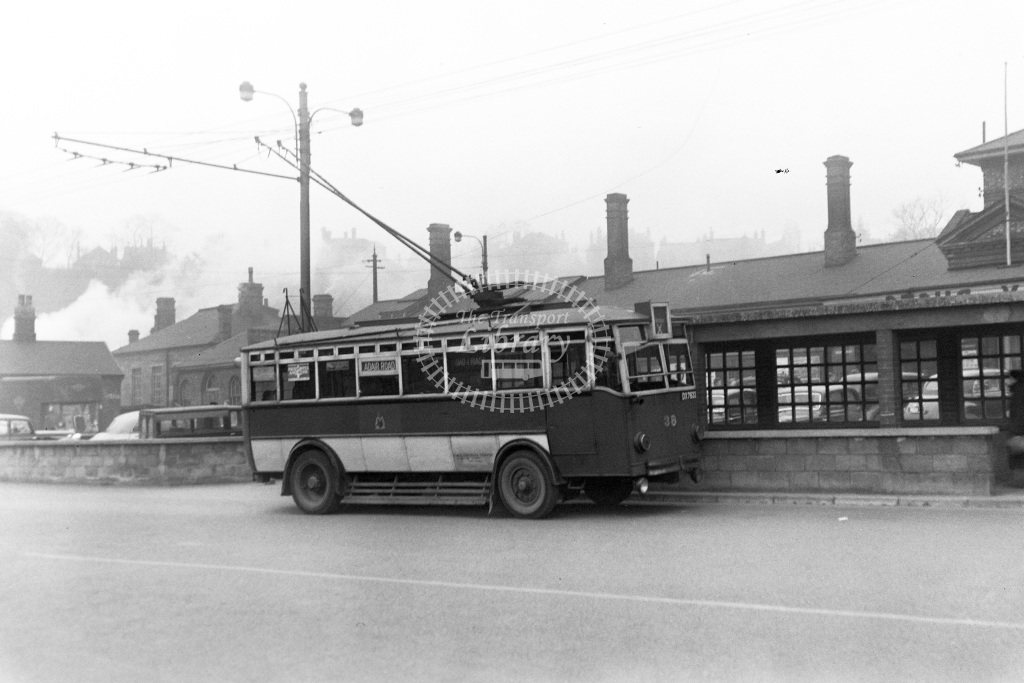 Ipswich Corporation Trolley Bus Class Ransomes B30D (DX 7633) b. 1928, w. 1953 38  at Ipswich Railway station  in 1953 -  19/03/1953  - Peter Gray