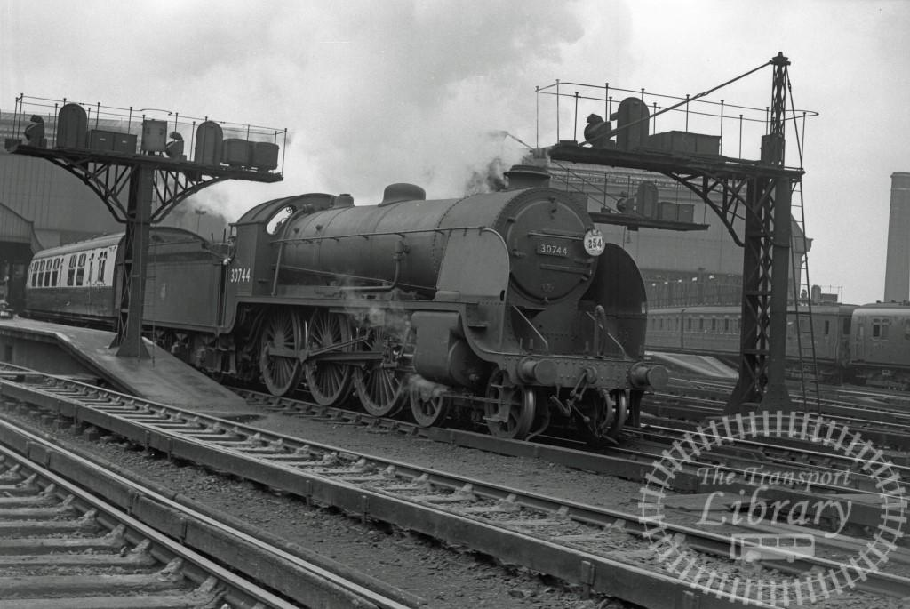 BR British Railways Steam Locomotive Class N15 30744  at Waterloo in 1953 - 01/05/1953 - Peter Hay